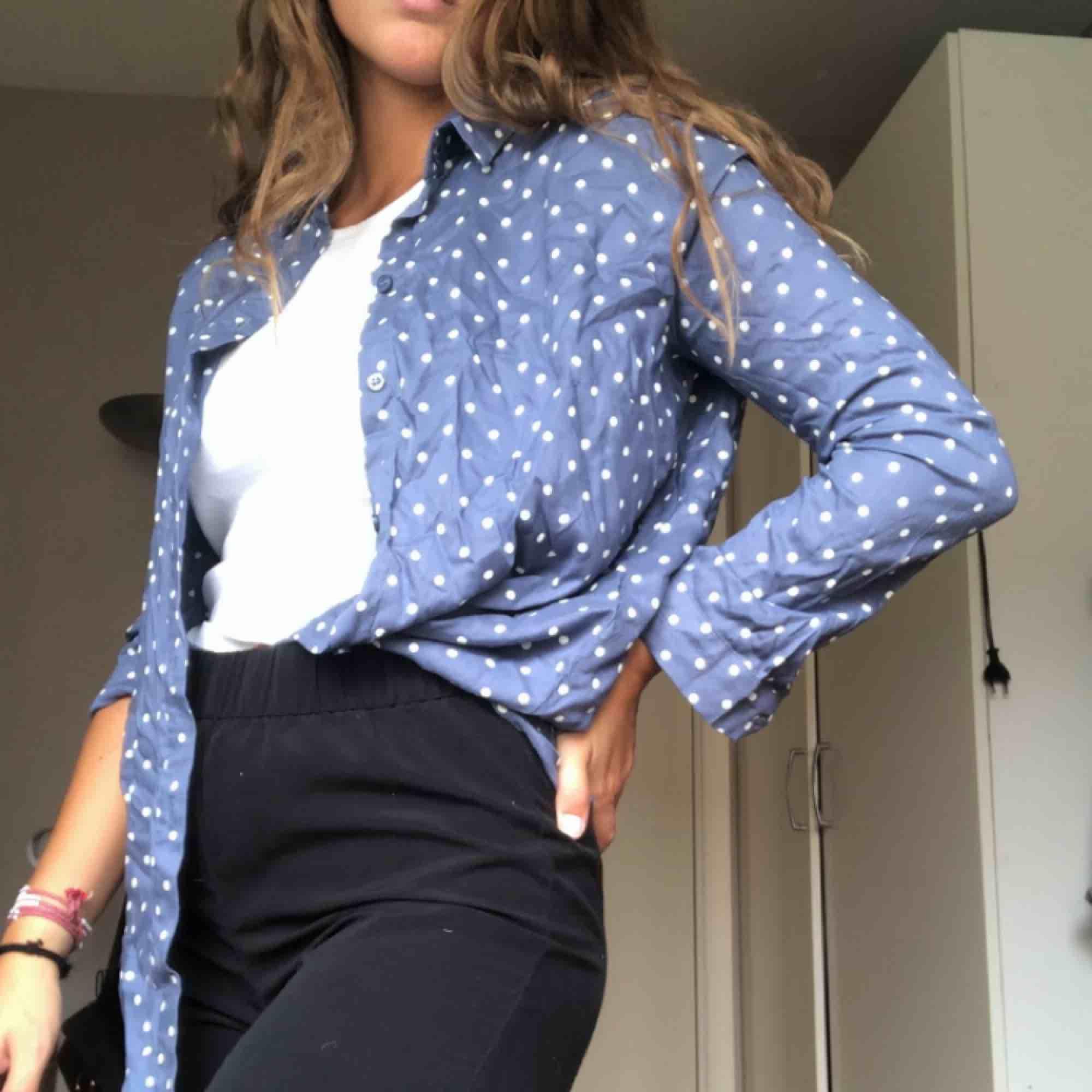 Blå prickig skjorta! 40kr + frakt. <3 . Skjortor.