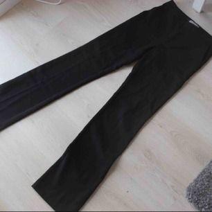 Oanvända Bootcut kostymbyxor ! Storlek xs men kan även passa s då de är lite stora för mig! Från inwear köpta för cirka 1000:- ! Frakt: 59:- 💕