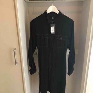 Superfin svart skjortklänning med vita detaljer. Säljer då den är för liten för mig, den är väldigt liten i storleken så skulle säga att den passar XS/S. Helt oanvänd med prislapp kvar 🥰