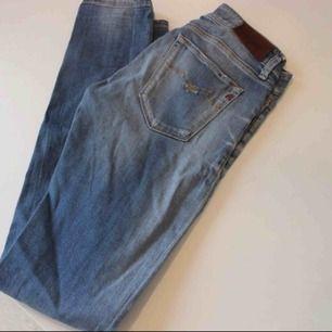 Supersnygga jeans från Replay i modellen Luz 😍 Någon slitning ovanför ena hålet men inget specifikt man tänker på! Köpta dyra! 💞 Frakt: 59:-