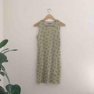 Fin mönstrad klänning, köpt på secondhand. Klänningen har ett genomskinligt tyg och ett täckande undertyg som slutar lite kortare än det mönstrade tyget. Märkt 14/164 men tyget är stretchigt och passar på xs/s