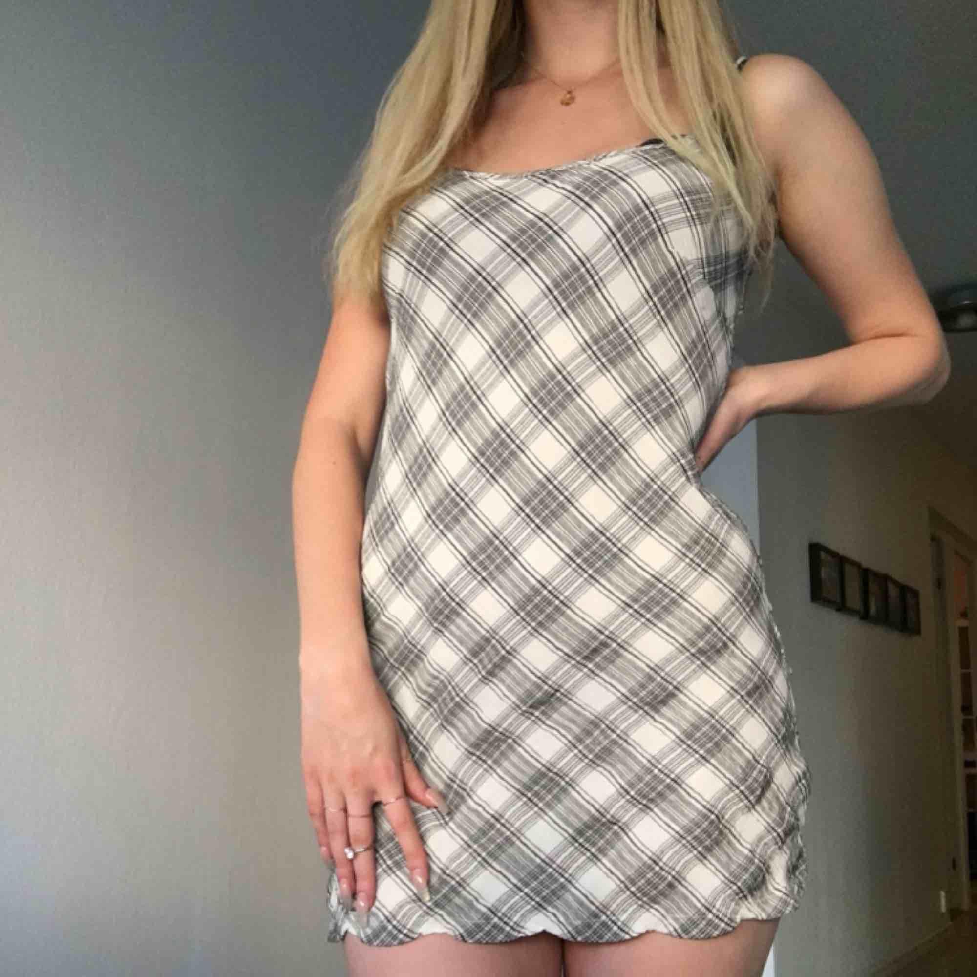 En kort rutig klänning från hm som är för kort för mig som är 1.78 möts i Stockholm. Klänningar.
