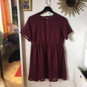 Gullig transparant vinröd klänning från Missguided! Knappt använd, perfekt med bikini under