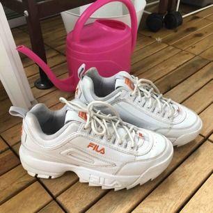 Jättefina FILA Disruptor skor!!! ✨ använt varsamt, men det finns några mini slitningar~ köpta på footlocker för cirka ett år sen, men säljer för de inte längre passar mig 😔 Hör av er om ni har några frågor☺️ Möts i Stockholm. 💖💖💖