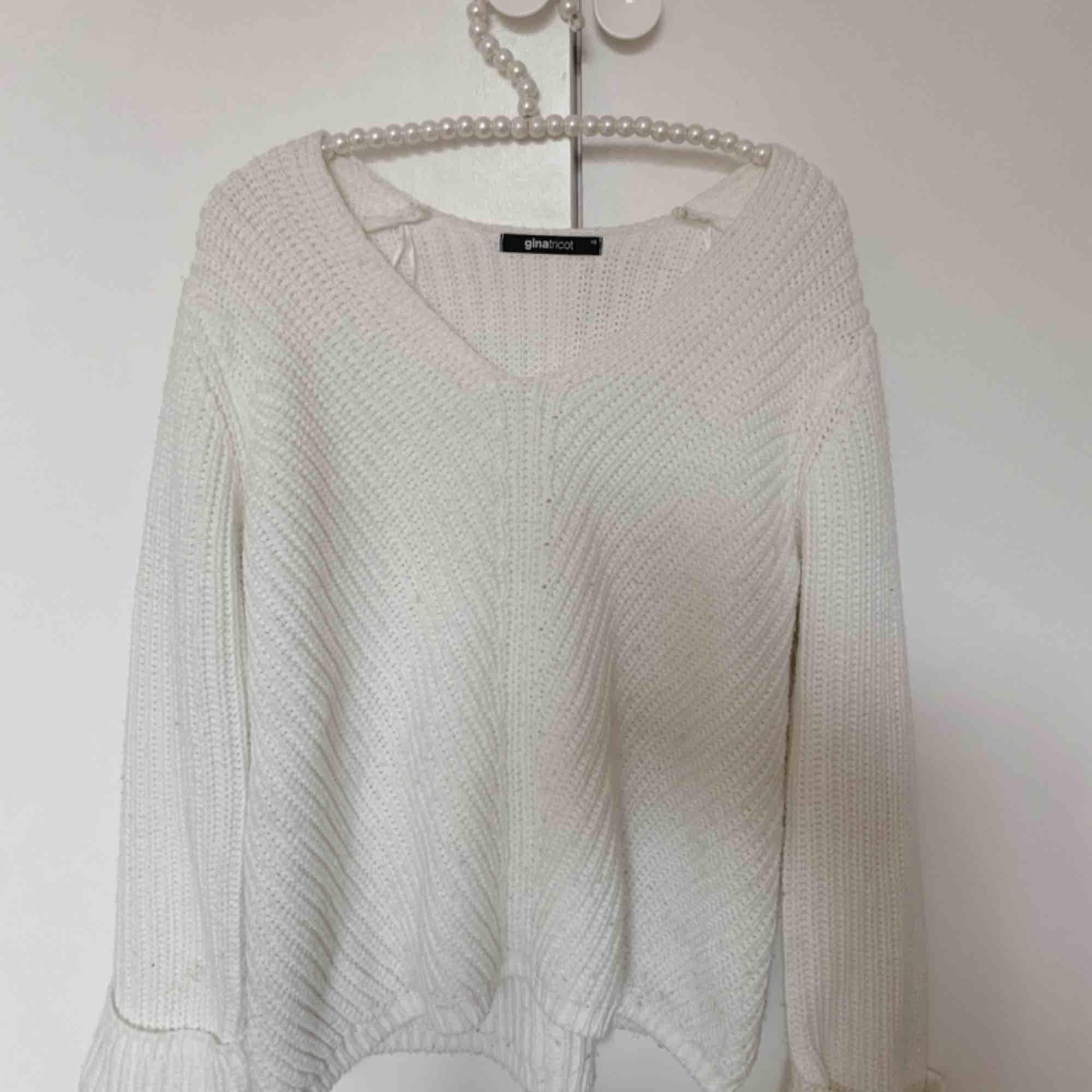Vit stickad tröja från Gina tricot, i storlek XS köptes för 299kr men säljer för 160. Stickat.
