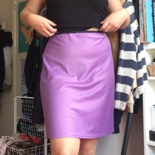 Säljer denna rosa/lila kjolen med svart spetskant!💜💖💜