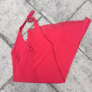 Säljer denna snygga röda klänningen som man knyter i nacken! ❤❤❤