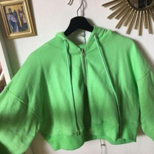 Säljer denna neongröna tjocktröjan! Den är mjuk och fluffig inuti och jätteskön! Endast använd några gånger