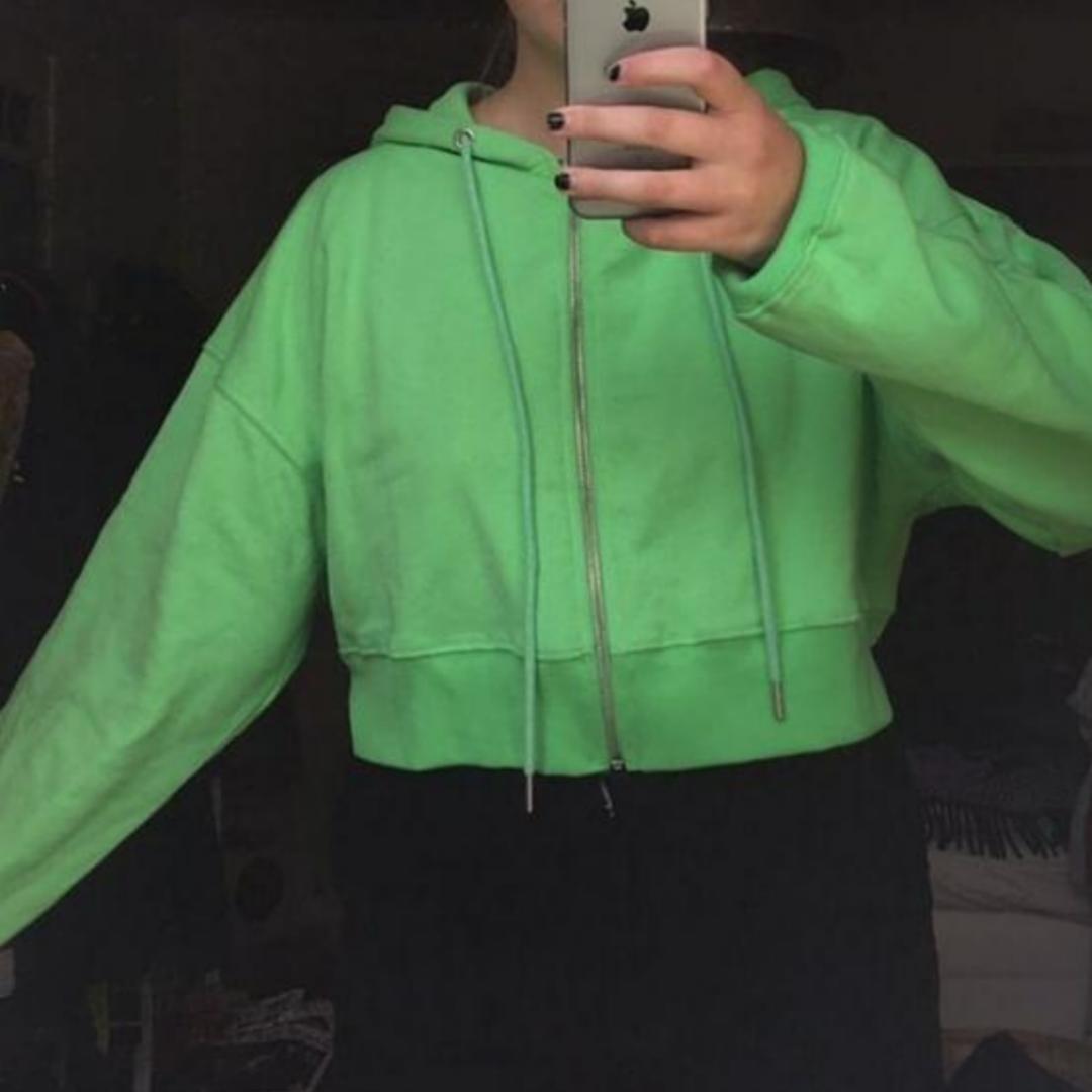 Säljer denna neongröna tjocktröjan! Den är mjuk och fluffig inuti och jätteskön! Endast använd några gånger . Tröjor & Koftor.