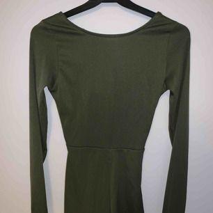 Säljer en ny jumpsuit med prislapp kvar. Jätte fin och härligt material! Typ passade den inte mig. Den är i strl xs