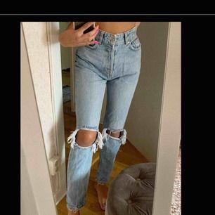 Ljusblå håliga boyfriend jeans i storlek S men väldigt stora dock