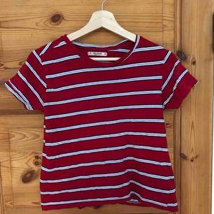 Randig t-shirt från Pull & Bear, använd men fortfarande ok skick.