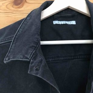 Svart jeansjacka, använd ett fåtal gånger så jättefint skick! Köpt för ca 400 från Nelly.
