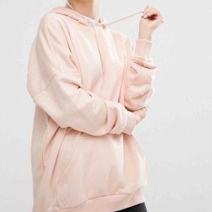 Ljusrosa hoodie från Monki, storlek XS men oversize så passar även större storlekar.