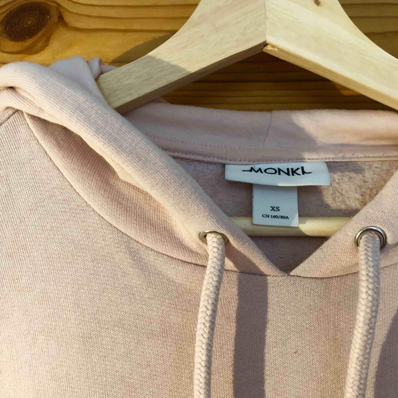 Ljusrosa hoodie från Monki, storlek XS men oversize så passar även större storlekar.. Huvtröjor & Träningströjor.