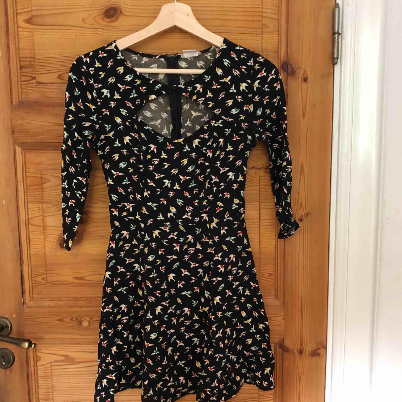 Superfin klänning med cutout framtill, köpt i en vintageaffär. Aldrig använd så superfint skick!. Klänningar.