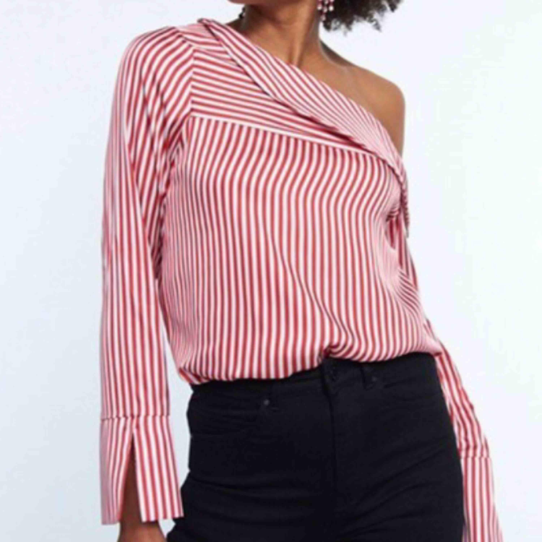 Jättefin tröja från Gina Tricot i mjukt sidenliknande material, helt oanvänd med lapparna kvar. Önskar jag kunde använda den men tyvärr fel storlek!. Toppar.