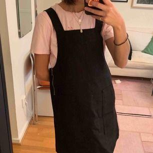 Svart Hängsel klänning från Weekday. Helt oanvänd, säljer för storleken är för stor för mig :( längd ungefär 10 cm under rumpan på mig (går att justera banden upptill) Går bra att hämta på Södermalm annars kostar frakt 50 kr.