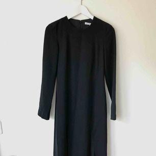 Svart klänning från & Other Stories med lång ärm och 2 slits. Säljer pga använder inte längre men super omtyckt innan dess! Passar som en 34/36 Går bra att hämta på Södermalm annars kostar frakt 50 kr.