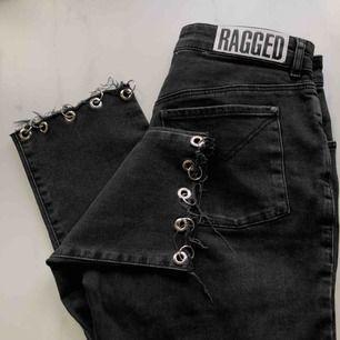 Mörkgråa jeans från Ragged Priest i slim-modell med ringdetaljer på kanterna! ✨ säljer för att jag inte använt de tillräckligt :/ Avklippt där bak för att längden skulle vara detsamma på båda sidorna :) Jag står för frakten och kan även mötas upp!