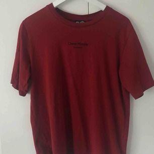 Vinröd t-shirt från cheap monday. Aldrig använd. 20kr + frakt. Kan mötas upp i tranåsområdet och i Sthlm.