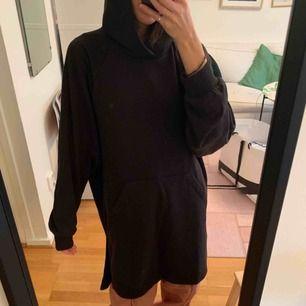 Svart Hoodie klänning från Weekday. Helt ny!  Går bra att hämta på Södermalm annars kostar frakt 60 kr.