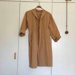 Tunn beige bomulls- kappa/klänning perfekt på sommaren när det är varmt ute! Från Wera, nästan helt oanvänd i toppskick!!