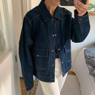 Mörkblå Jacka Skjorta från Weekday. Storlek M (jag köpte det för gillade den oversized) Helt ny! Najs material och orangea sömmar. Går bra att hämta på Södermalm annars kostar frakt 60 kr.