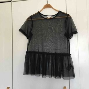 Mesh t-shirt med volanger från HM i stl S! Fint skick och sparsamt använd! funkar att stoppa in i höga byxor om man inte vill att volangen ska synas!