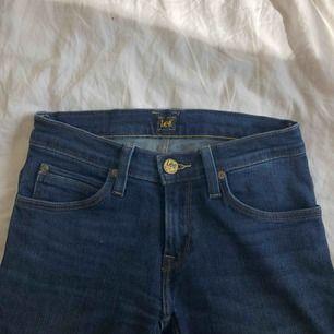 Utsvängda lee jeans. Använda 2 gånger och säljer då de aldrig kommer till användning.