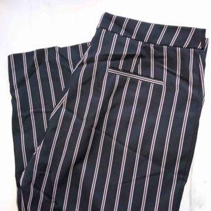 Ursnygga mörkblåa kostymbyxor med ränder från märket Collusion hos Asos! Byxorna har även fickor på båda sidorna✨ passar med vanliga t-shirts eller blusar❣️Aldrig använd. Jag betalar frakt! kan även mötas upp👍🏻