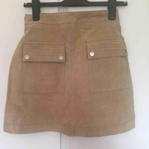 Beige kjol i äkta mocka. Aldrig använd. Köpt på Mango, orginalpris 600 kr.   Kan mötas i Lund, Malmö el Staffanstorp, annars frakt som gäller :)