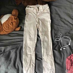 Ett par beiga jeans från Gina tricot i storlek XS Dom är skrynkliga men sträcks innan dom säljs