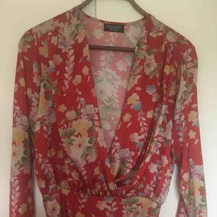 Zara body blommig, använd en gång. Storlek S. Blir som en blus om man man har kjol, byxor över.  Kan mötas i Lund, Malmö eller Staffanstorp, annars frakt som gäller :)
