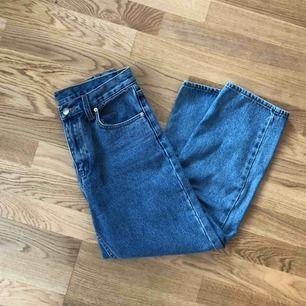 Säljer mina fina Cheap Monday jeans då de har blivit för små. De är högmidjade och cropped i längden 🥰