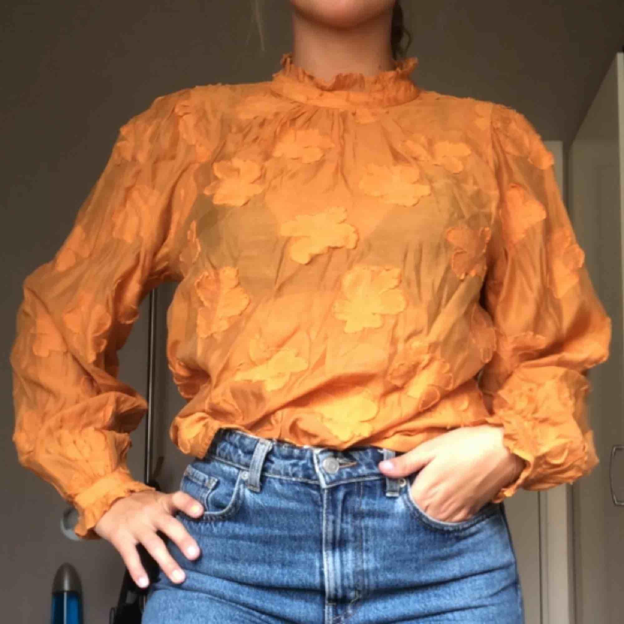 Orange blus med hög hals och med fina detaljer! 80kr + frakt. <3. Blusar.