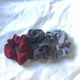 tre stycken gulliga scrunchies. 10kr styck eller 20kr för alla tre <3
