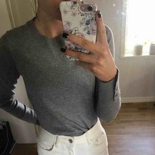 grå tröja med gulddetaljer fri frakt & endast swish!