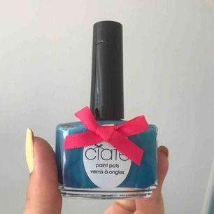Ett blått fint nagellack från Ciaté i färgen PP155 boom box. Några få märken på korken men annars fint skick, det är knappt använt.  Nypris: 129 kr Frakt på 20 kr tillkommer