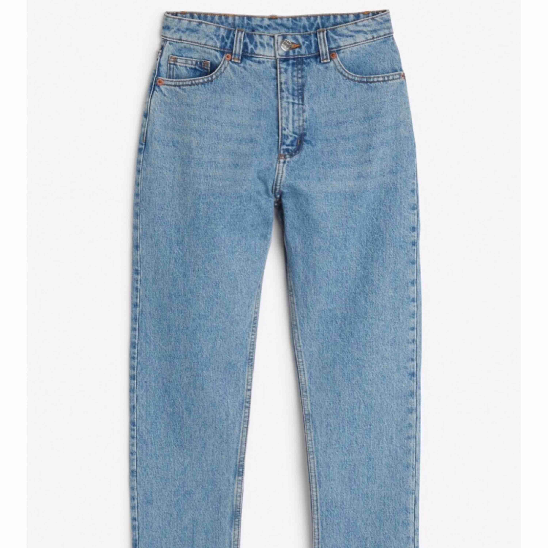 De perfekta momjeansen! Köpta från Monki, endast tvättade och inte använda. Storlek 26 motsvarar ca 66 cm i midjemått.. Jeans & Byxor.
