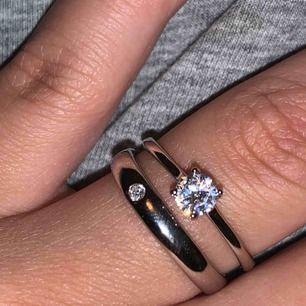 Två olika ringar med stenar. Säljer en för 40kr eller båda för 60kr🌸🌼