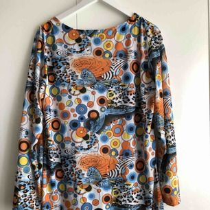 En psykedelisk klänning som är sparsamt använd. Silkeslen material, superskön! Frakt tillkommer