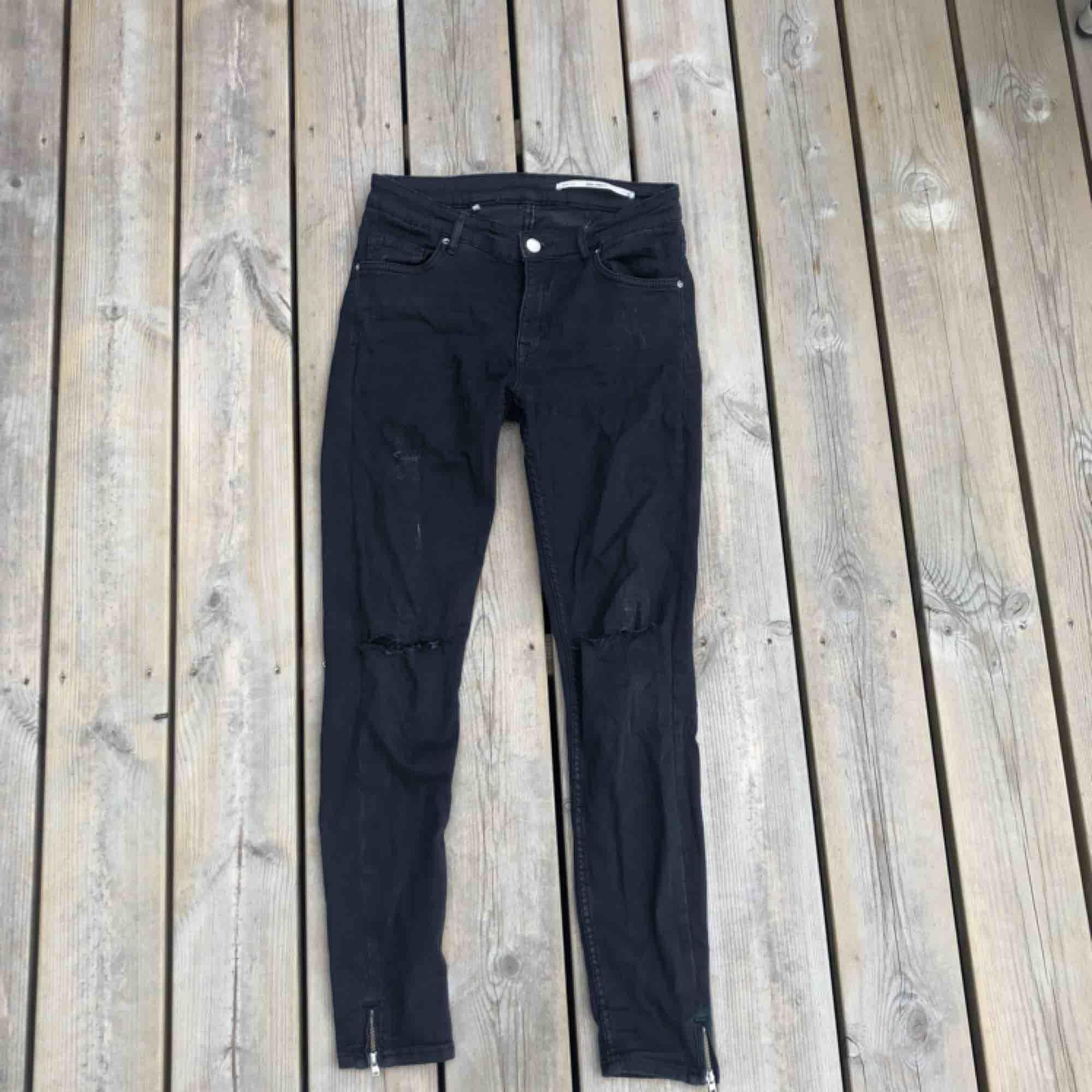 """Ett par svarta jeans från ZARA. Storlek 36. Den ena """"hällan"""" på baksidan är lite trasig men det märks inte när byxorna är på.. Jeans & Byxor."""