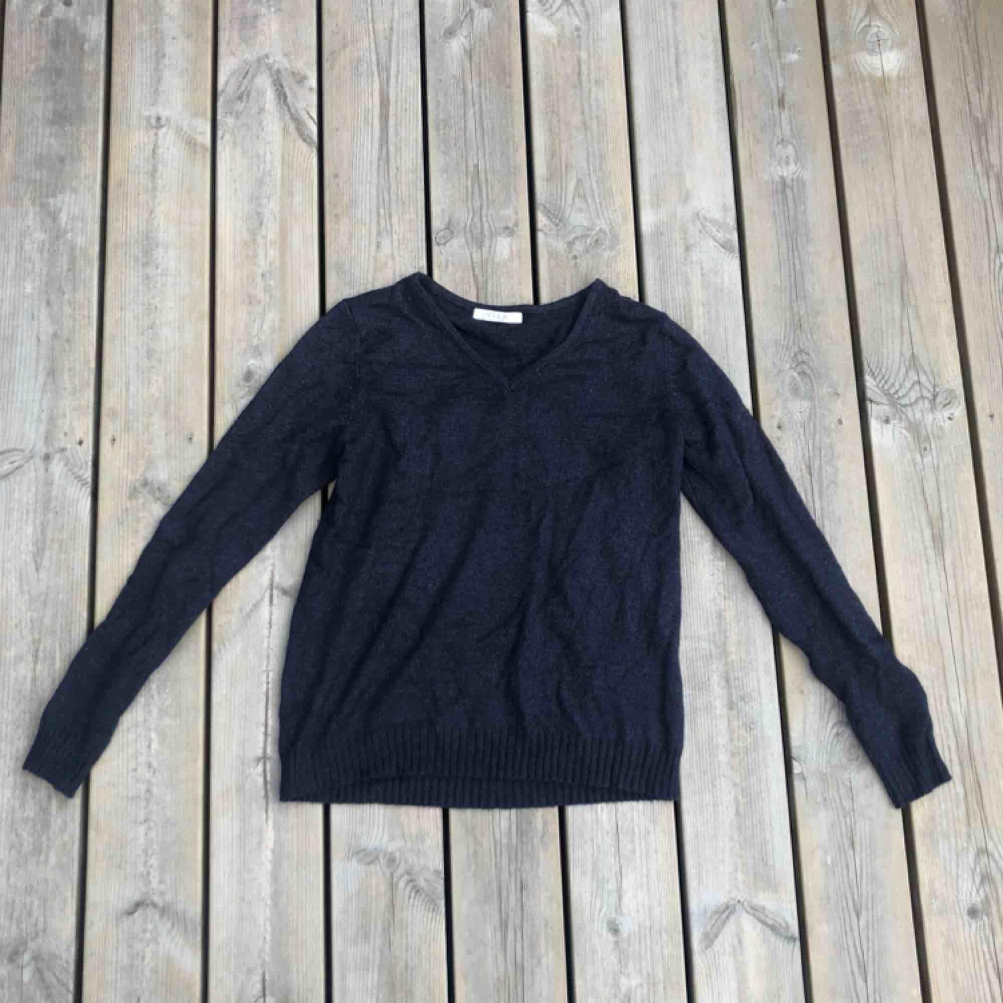 En marin blå tröja från Vila storlek S.. Tröjor & Koftor.