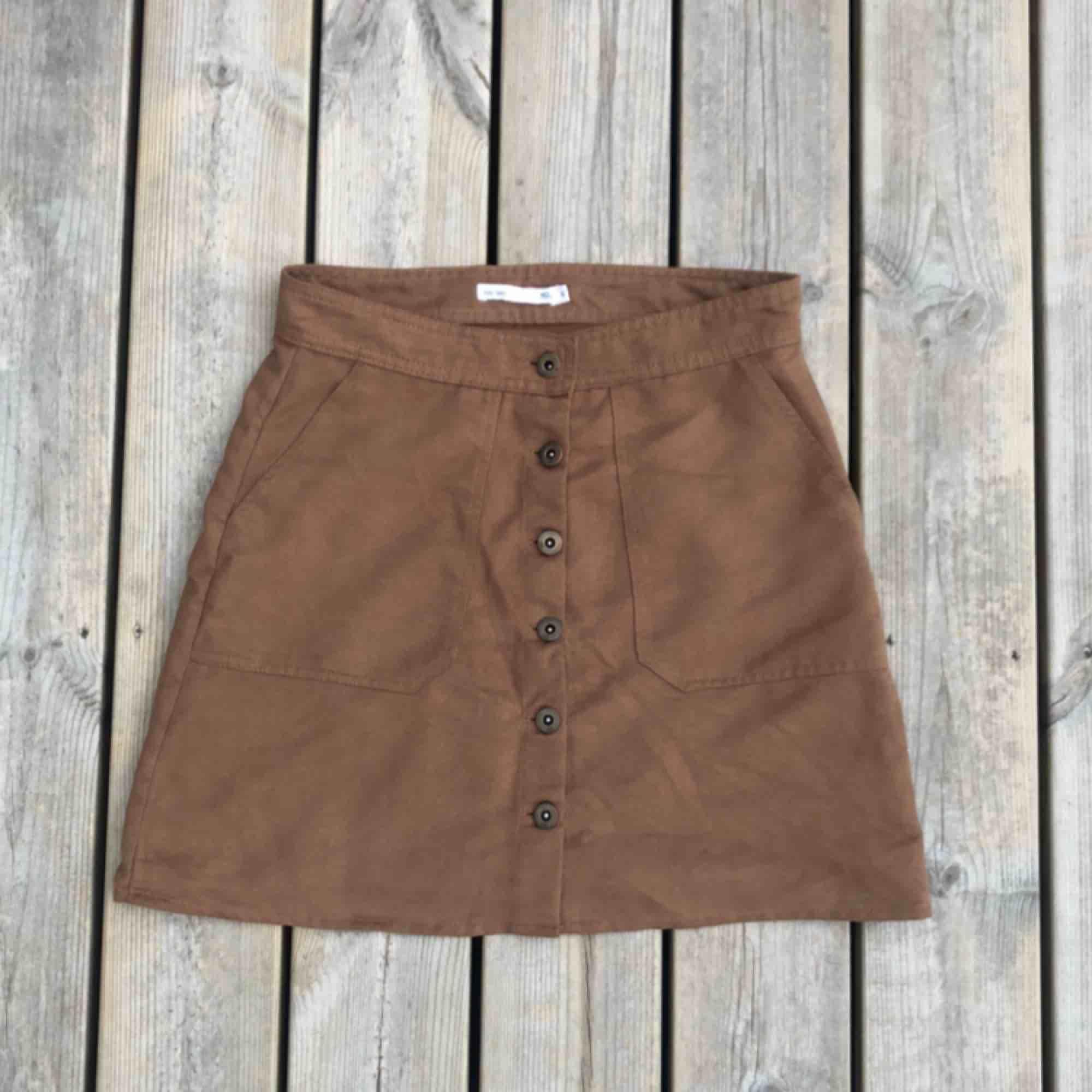 En brun högmidjad kjol från Lager 157 storlek S. . Kjolar.