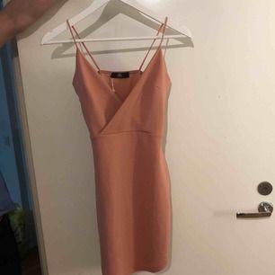 Fin klänning som aldrig använts, prislapp kvar.