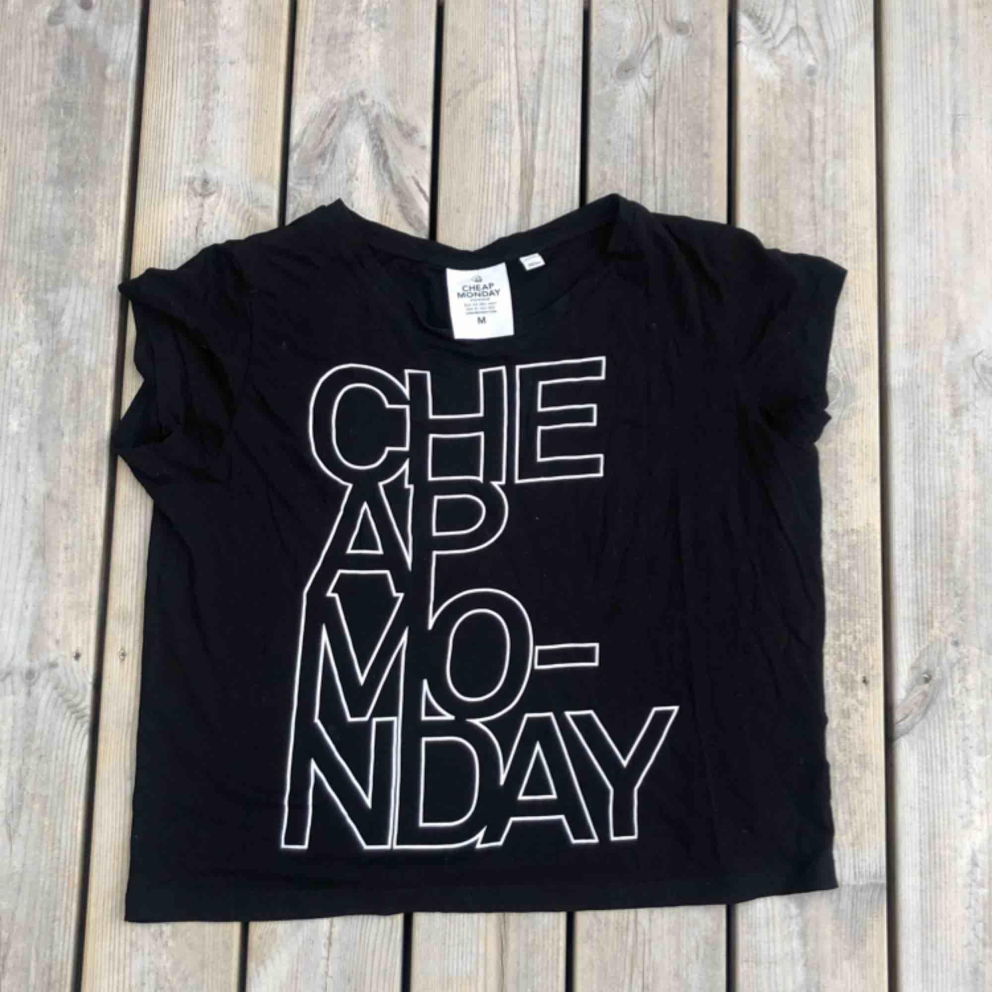 En Cheap Monday t-shirt i storlek M.   Finns ett litet hål i tröjan men det syns inte när den är på. . T-shirts.