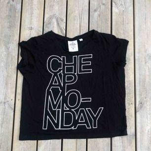 En Cheap Monday t-shirt i storlek M.   Finns ett litet hål i tröjan men det syns inte när den är på.