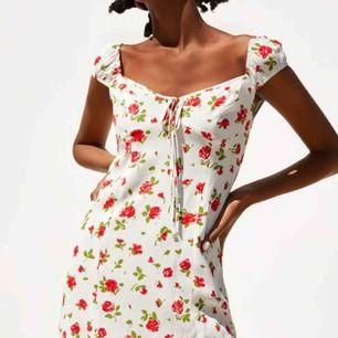 OANVÄND jättefin blommig klänning från Zara. Storlek XS! Frakt på 36kr tillkommer💓💓