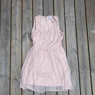 En rosa klänning från Vero Moda i storlek S.   Använd en gång på ett bröllop.